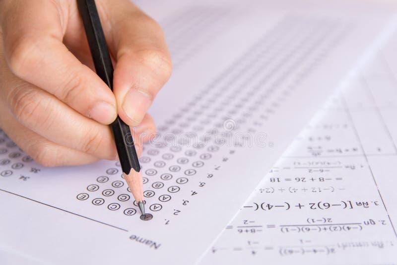 Uczeń ręki mienia ołówkowy writing wybierał wybór na odpowiedzi s obrazy stock