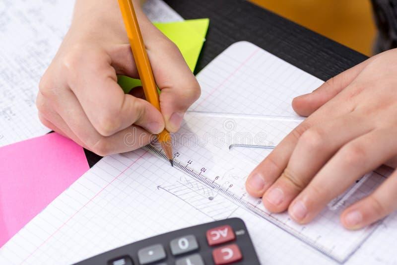 Uczeń ręki z władca rysunkiem na papierze zdjęcie stock