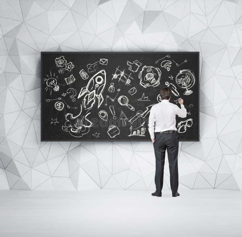 Uczeń rysuje flowchart na chalkboard zdjęcie stock