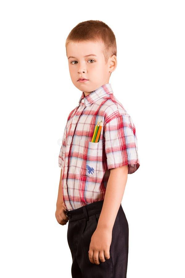 Uczeń stoi, w koszulowi kieszeniowi ołówki, odizolowywający na bielu obraz stock