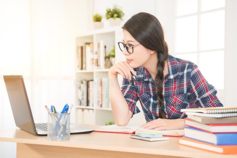 Uczeń studiuje online z komputerami obraz royalty free