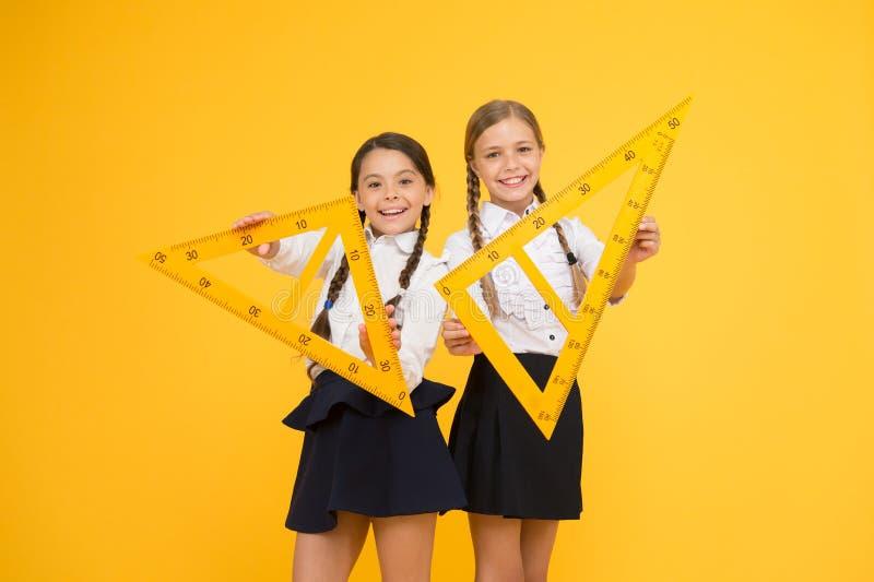 Uczeń szkolnych dziewczyn duże władcy Szkolna wiedza Bada świat z matematyką Matematycznie teorii łączyć algebraiczny i fotografia stock