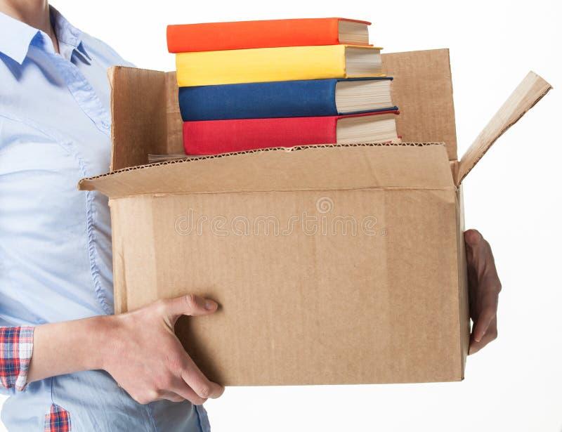 Uczeń trzyma dużego pudełko z stertą książki zdjęcie stock