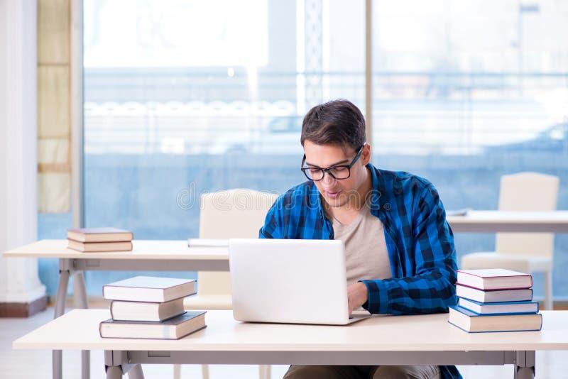 Uczeń w telelearning dystansowego uczenie pojęcia czytaniu w wyzwoleniu obrazy royalty free