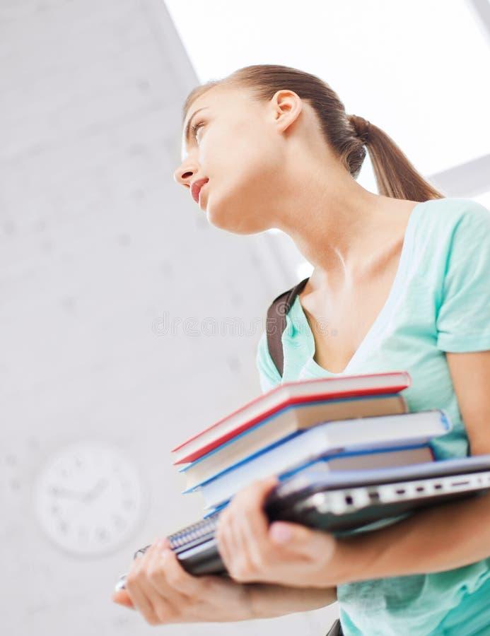 Uczeń z książkami, komputerem i falcówkami, fotografia royalty free
