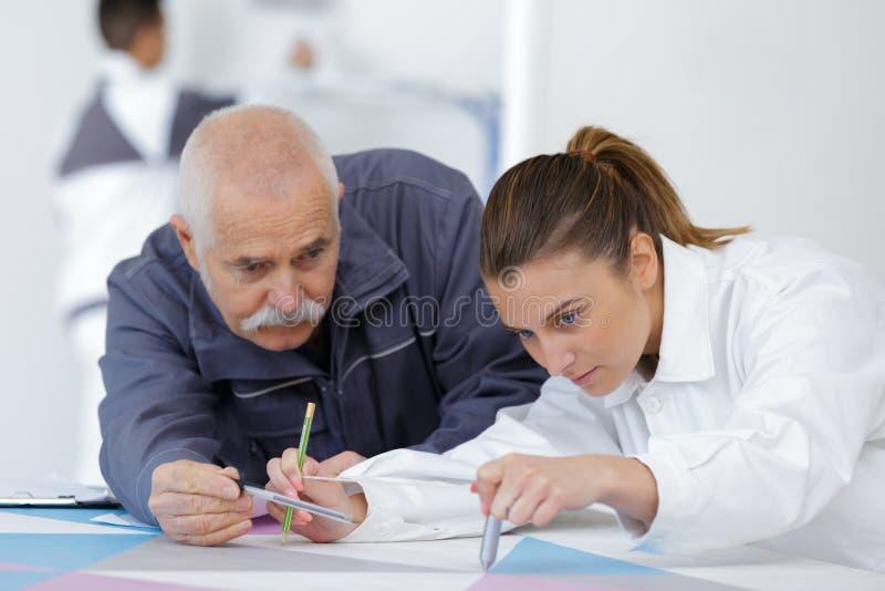 Uczeń z męskim dekoratorem w szkoleniu obraz stock