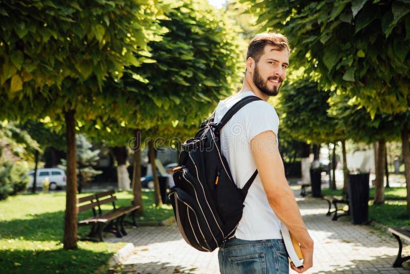 Uczeń z plecakiem outside zdjęcia stock