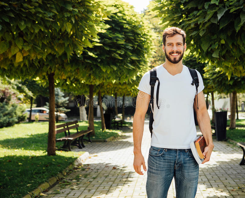 Uczeń z plecakiem outside obrazy stock