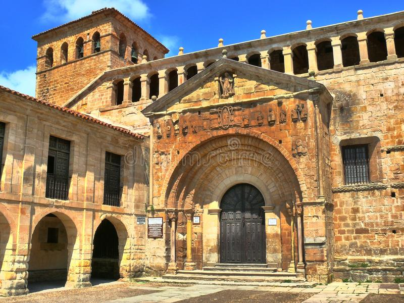 Uczelniany kościół Santillana Del Mącący, entrane obrazy royalty free