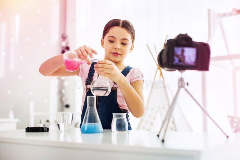 Uczennica łasa ekranizacja wideo blodzy robi eksperymentowi blisko kamery fotografia stock