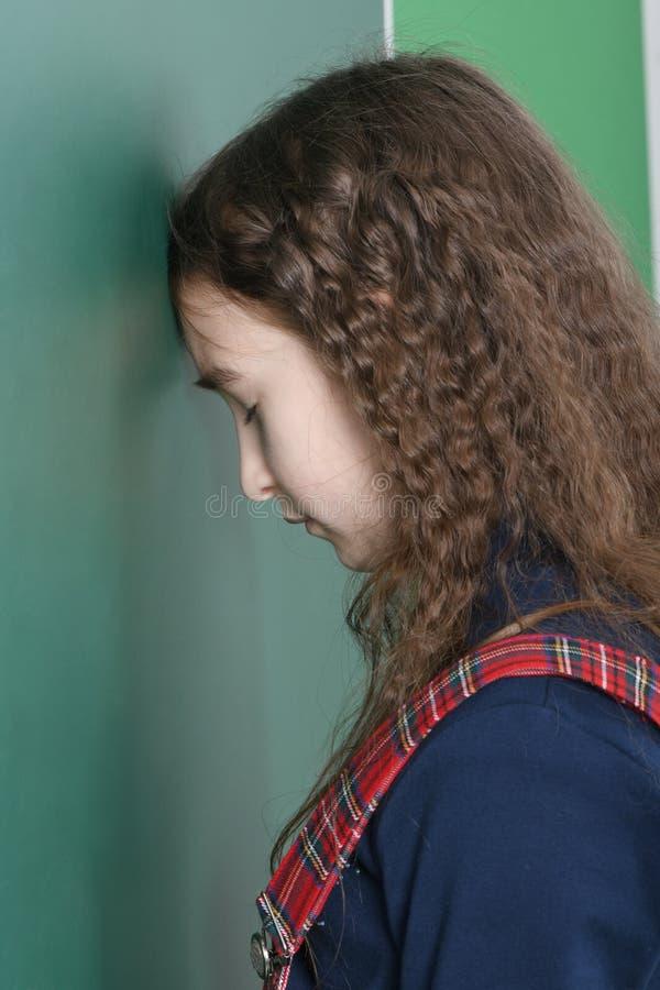 Uczennica pobliski zielony zarząd szkoły Dziewczyna rytmów głowa na zielonym zarządzie szkołym zdjęcia royalty free