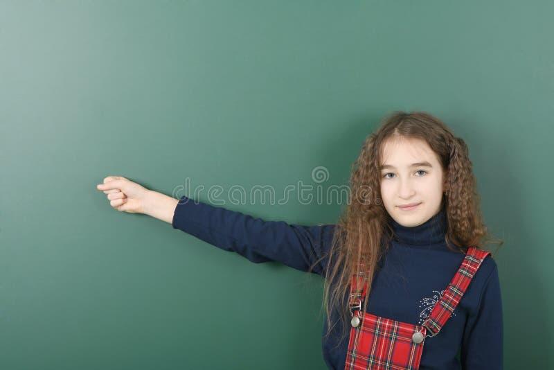 Uczennica pobliski zielony zarząd szkoły Młody figlarnie dziewczyn przedstawień palec fotografia royalty free