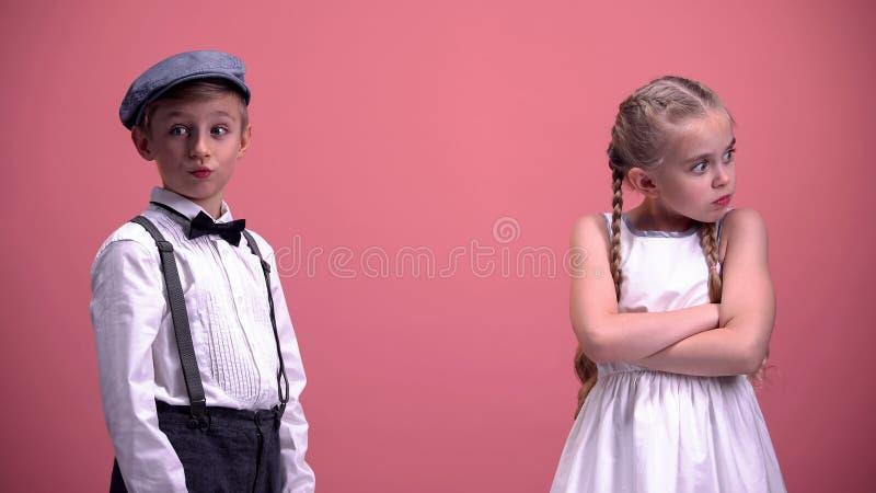 Uczennica szokująca z młodym chłopaka zachowaniem, dzieciaki dobiera się bełt, powiązania obrazy royalty free