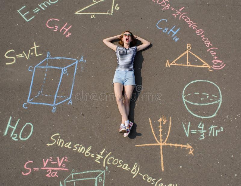 uczennica układająca na asfalcie szklane wzorami matematycznymi i liczbami geometrycznymi obraz stock