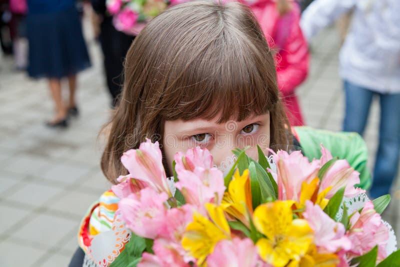 Uczennica z bukietem kwiaty zdjęcie stock