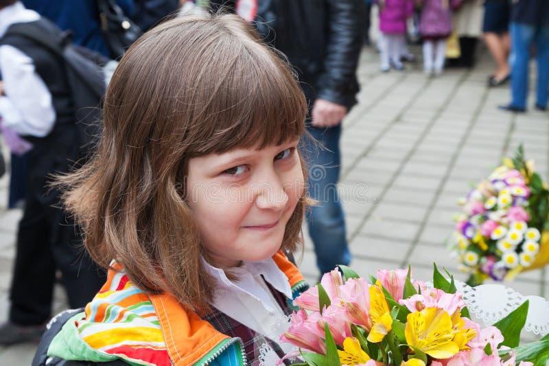 Uczennica z bukietem kwiaty zdjęcia royalty free