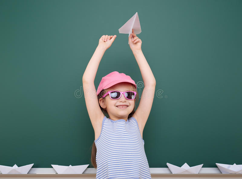 Uczennica z papieru samolotu sztuką blisko blackboard, opróżnia przestrzeń, edukaci pojęcie zdjęcie royalty free