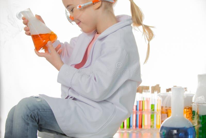Uczennicy mienia kolba z chemiczną próbką obraz royalty free