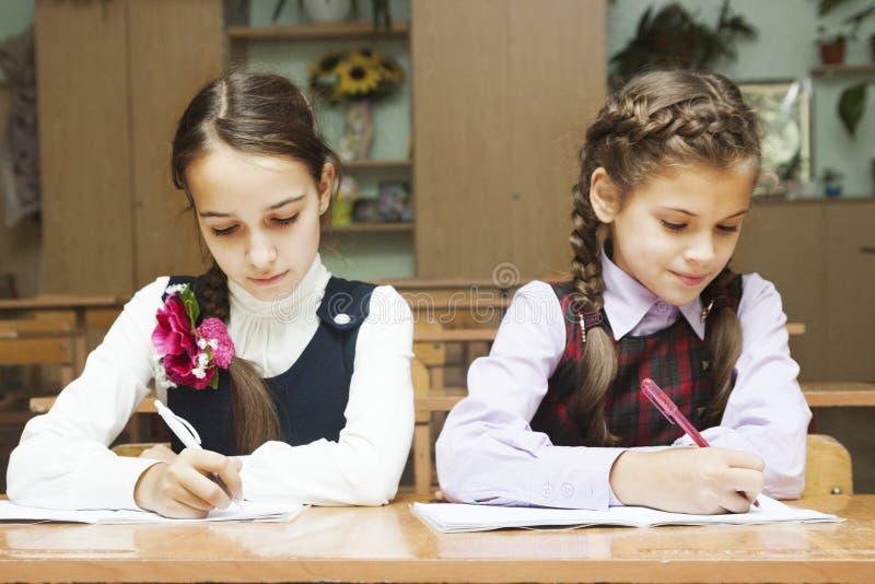 Uczennicy writing obrazy stock