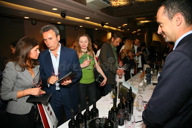 Uczestnicy i goście biznesowa wystawa wytwórcy i dostawcy włoscy wina vinitaly i jedzenie fotografia royalty free