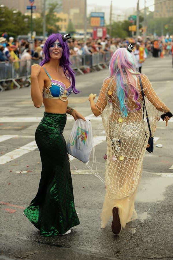 Uczestnicy maszerują w 35th Rocznej syrenki paradzie przy Coney Island fotografia royalty free