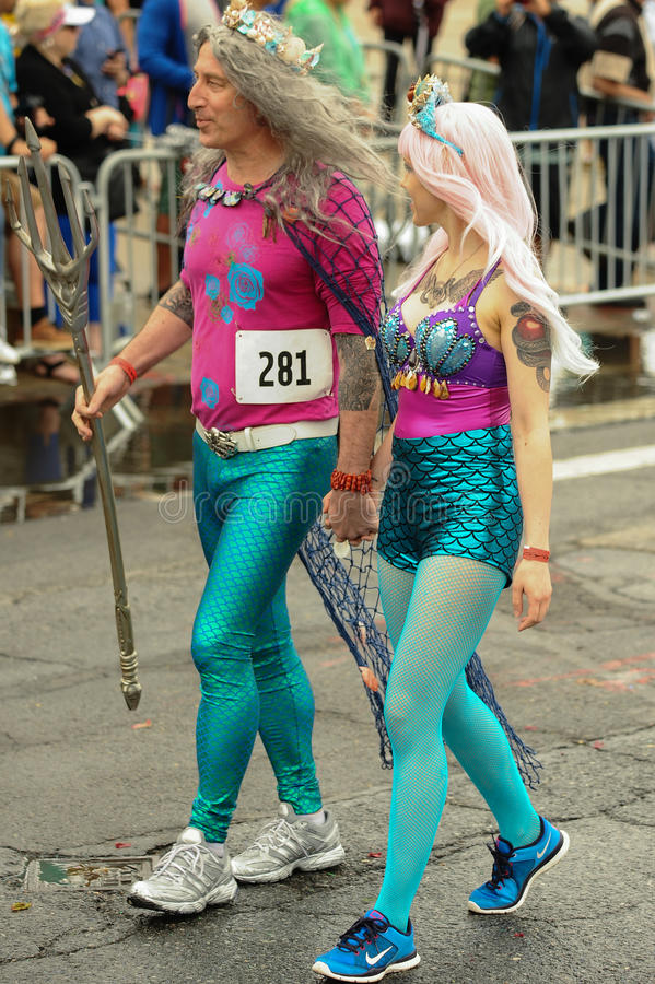 Uczestnicy maszerują w 35th Rocznej syrenki paradzie przy Coney Island obraz stock