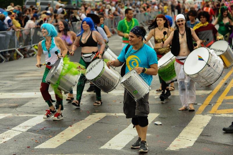Uczestnicy maszerują w 35th Rocznej syrenki paradzie przy Coney Island obraz royalty free