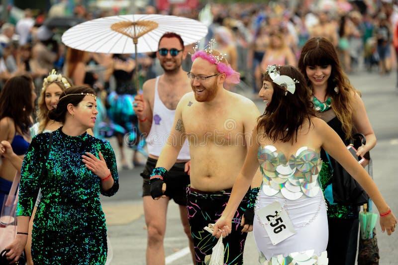 Uczestnicy maszerują w 35th Rocznej syrenki paradzie przy Coney Island obrazy stock
