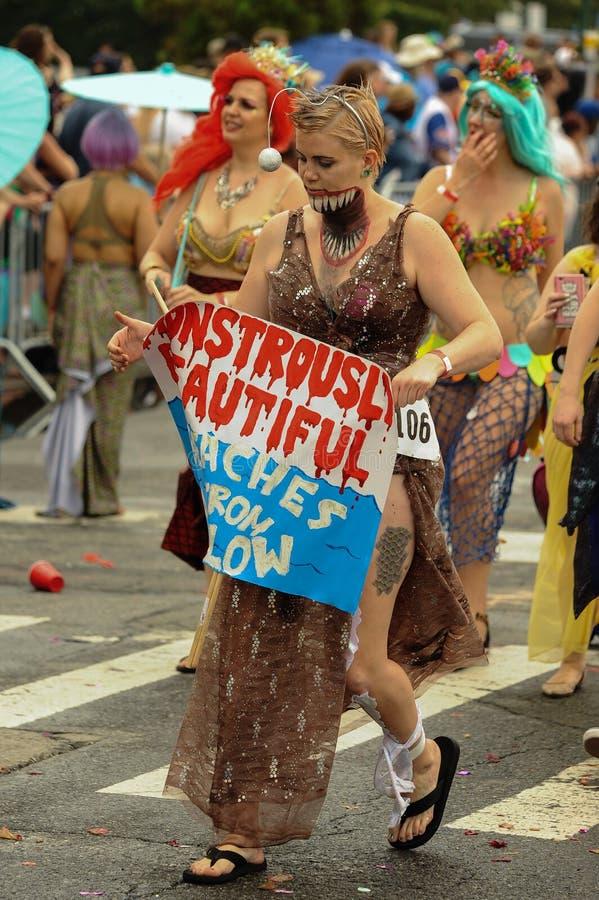 Uczestnicy maszerują w 35th Rocznej syrenki paradzie przy Coney Island zdjęcia royalty free