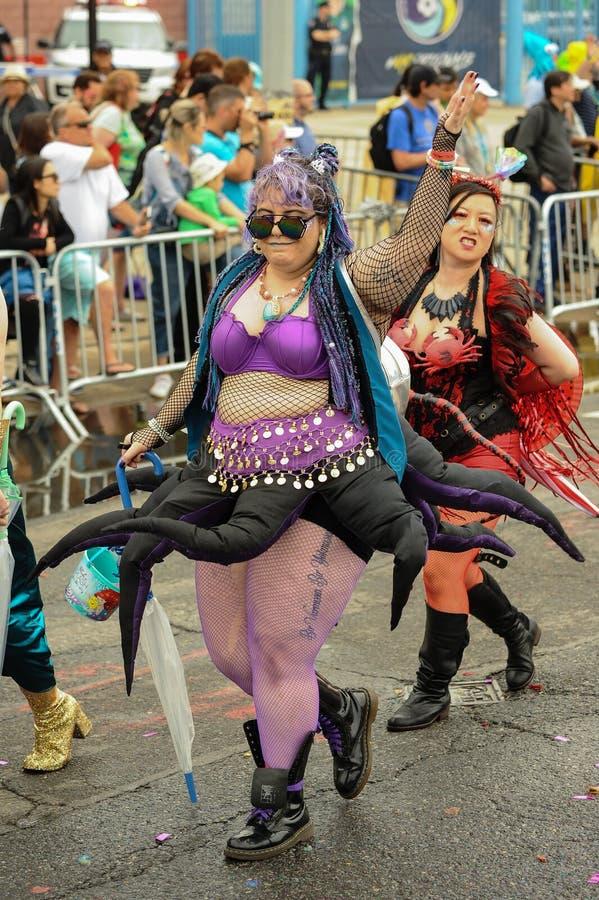 Uczestnicy maszerują w 35th Rocznej syrenki paradzie przy Coney Island obrazy royalty free
