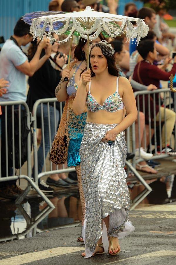 Uczestnicy maszerują w 35th Rocznej syrenki paradzie przy Coney Island zdjęcie stock