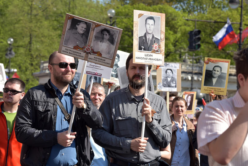 Uczestnicy Nieśmiertelny pułk - jawna akcja, podczas której nieśli portret uczestnicy obrazy royalty free