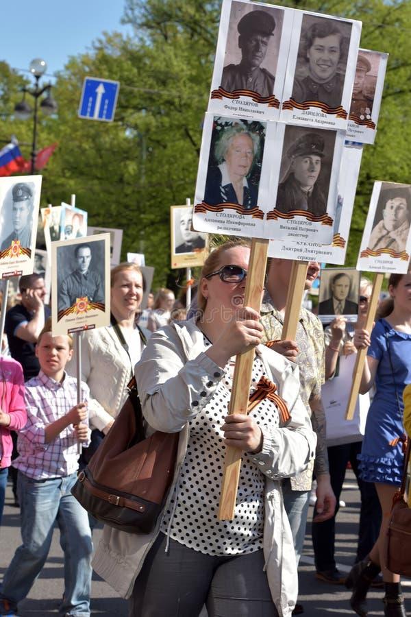 Uczestnicy Nieśmiertelny pułk - jawna akcja, podczas której nieśli portret uczestnicy fotografia stock