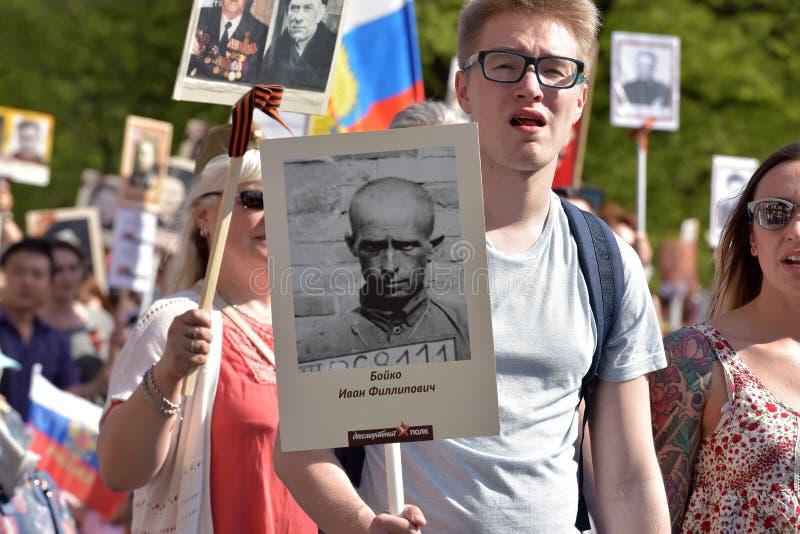 Uczestnicy Nieśmiertelny pułk - jawna akcja, podczas której nieśli portret uczestnicy obraz royalty free