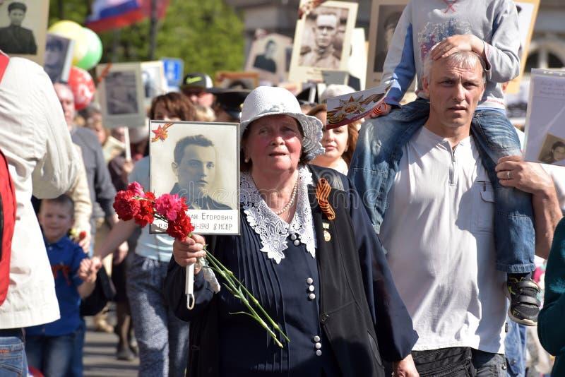 Uczestnicy Nieśmiertelny pułk - jawna akcja, podczas której nieśli portret uczestnicy zdjęcie stock