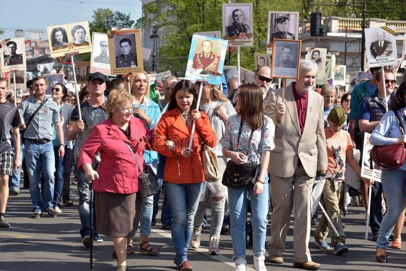 Uczestnicy Nieśmiertelny pułk - jawna akcja, podczas której nieśli portret uczestnicy obrazy stock