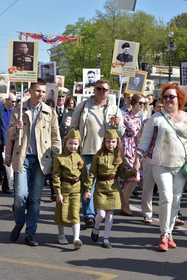 Uczestnicy Nieśmiertelny pułk - jawna akcja, podczas której nieśli portret uczestnicy zdjęcie royalty free