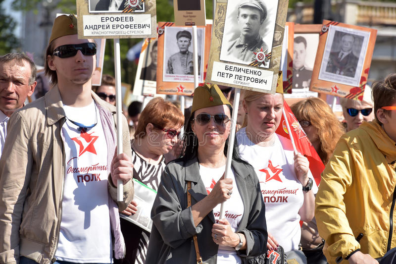 Uczestnicy Nieśmiertelny pułk - jawna akcja, podczas której nieśli portret uczestnicy zdjęcia royalty free