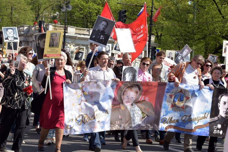 Uczestnicy Nieśmiertelny pułk - jawna akcja, podczas której nieśli portret uczestnicy fotografia royalty free