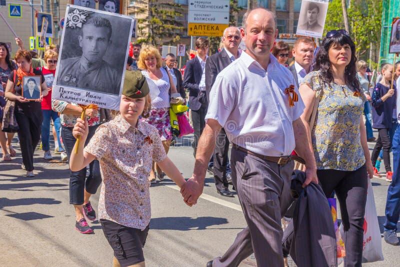 Uczestnicy szpaltowy «Nieśmiertelny pułk «z portretami krewni zabijać w drugiej wojnie światowej obraz royalty free