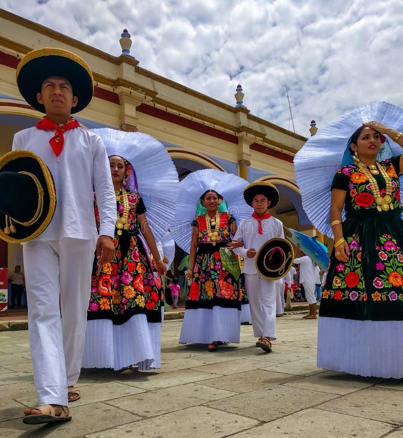 Uczestnicy w Guelaguetza zbierają przy Palacio Miejskim zdjęcia royalty free