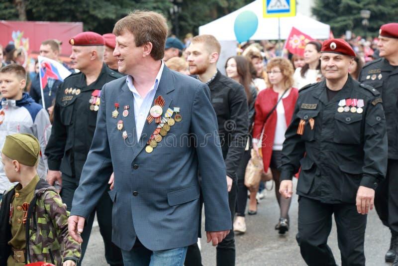 Uczestnicy w kolumnie zwycięstwo dzień paradują w Pyatigorsk, Rosja obraz stock