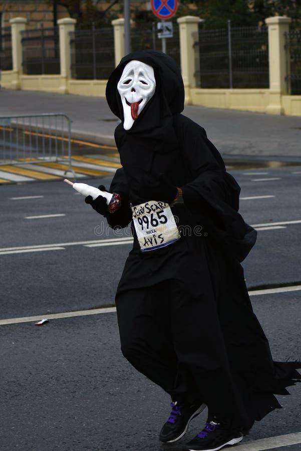 Uczestnik jest ubranym strasznego karnawałowego kostium 6 Moskwa maraton zdjęcia royalty free