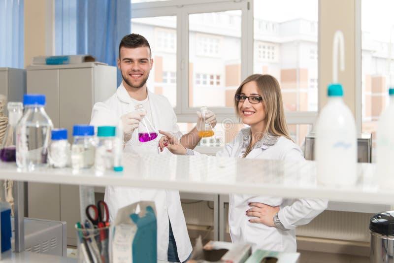 Uczni naukowowie pracuje w lab fotografia royalty free