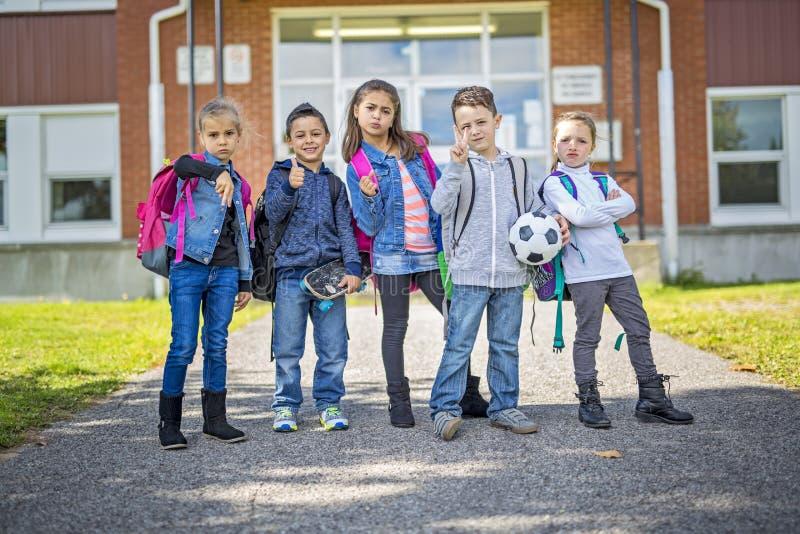 Ucznia outside szkoła stoi wpólnie fotografia royalty free