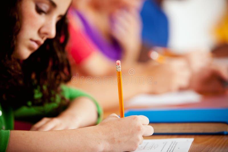 Ucznie: Żeński uczeń Koncentruje Na Schoolwork zdjęcia stock