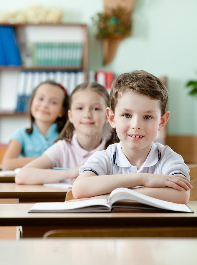 Ucznie bardzo baczni przy klasami są obraz stock