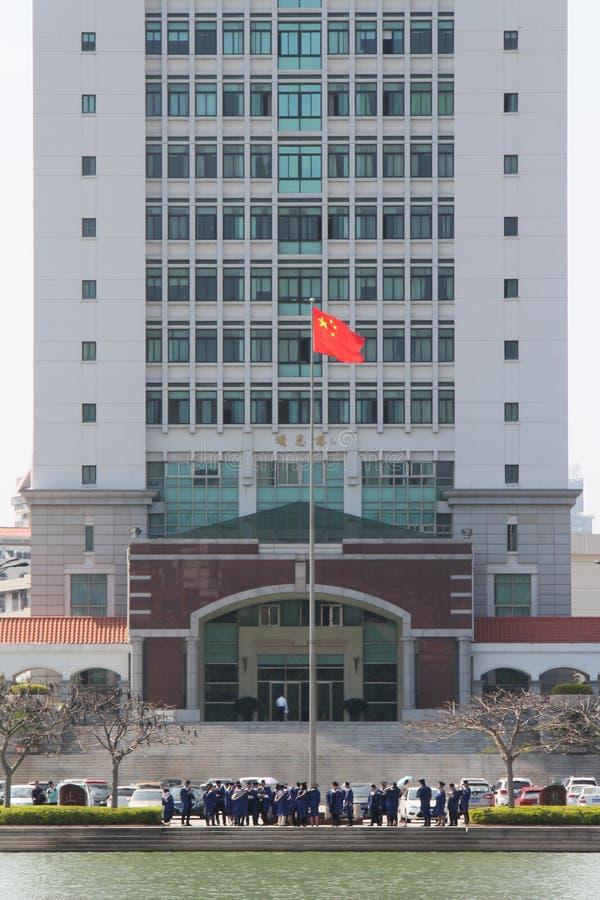 Ucznie bierze absolwentów obrazki przed kampusu budynkiem w Xiamen uniwersytecie, Chiny fotografia royalty free