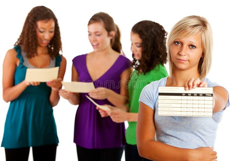 Ucznie: Dziewczyny spęczenie Z Opóźnionym wykazem ocen obraz royalty free