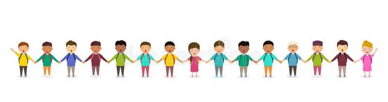 Ucznie i dzieciaki trzyma ręki Dziecka ` s grupa dziecko w wieku szkolnym stojaki w rzędzie Szczęśliwy tłum ucznie na białym tle royalty ilustracja